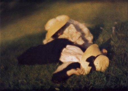 heinrich-kuhne28094miss-mary-and-edeltrude-lying-in-the-grass-ca-1910